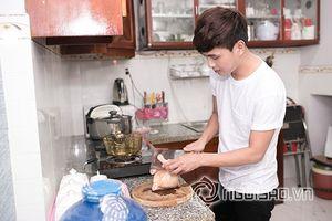 Hồ Quang Hiếu tự tay nấu ăn đãi gia đình ngày Tết