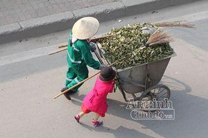 Xúc động hình ảnh em bé đi quét rác cùng mẹ trong ngày Tết