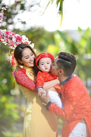 Phan Hiển - Khánh Thi diện áo dài đưa con đi du xuân