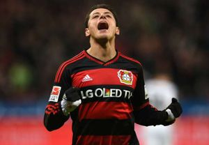 Leverkusen tổn thất nặng, Chicharito chấn thương
