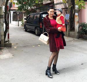 Vợ chồng Trang Nhung đưa con gái ra Hà Nội ăn Tết