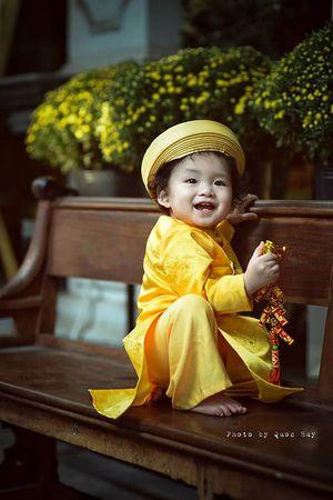 Con trai HH Diễm Hương tóc xoăn đáng yêu ngày Tết