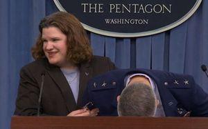 Tướng không quân Mỹ bất ngờ đột quỵ giữa buổi họp báo