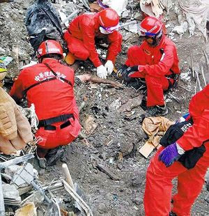 Nghẹn lòng trước cảnh tượng đôi nam nữ ôm nhau chết trong vụ động đất Đài Loan