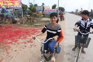 Xác pháo trải đỏ khu dân cư ở Vĩnh Phúc