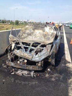 Xế hộp Mazda 3 cháy rụi trên cao tốc, 4 người thoát nạn