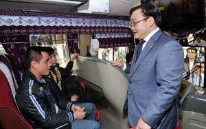 Bí thư Hà Nội lì xì cho hành khách đi tàu xe