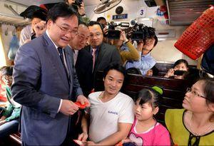 Tân Bí thư Hoàng Trung Hải kiểm tra nhà ga, bến xe, lì xì cho hành khách