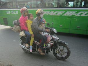 Người dân lỉnh kỉnh đồ đạc trở lại Sài Gòn sau Tết
