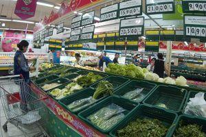 Cố giữ giá, tiểu thương chợ lẻ TP HCM chia nửa bó rau để bán