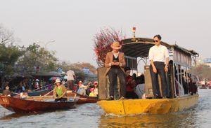Tắc đò trên suối Yến trước ngày khai hội chùa Hương