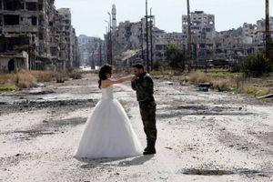"""Bộ ảnh cưới kỳ lạ ở """"thành phố chết"""" của Syria"""