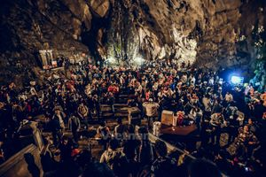 Chen chúc từ đêm đến sáng trẩy hội chùa Hương