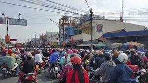 Người dân đổ về Sài Gòn, quốc lộ 1 liên tiếp ùn ứ