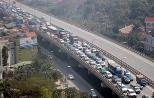 Hàng vạn người về Hà Nội, đường trên cao kẹt cứng sau Tết