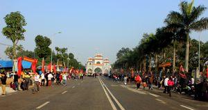 Hàng ngàn người đổ về dự lễ hội đền Hai Bà Trưng
