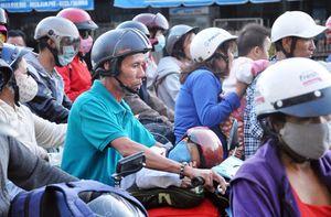 Trẻ em mệt nhoài theo cha mẹ trở lại Sài Gòn sau Tết
