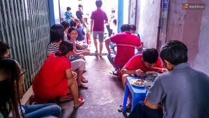 Khách 'xí chỗ' và xếp hàng 30 phút để được ăn hàng bún vịt 40 năm ở Sài Gòn