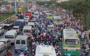 Rời Sài Gòn nghỉ lễ, hàng chục ngàn người kẹt cứng ở các cửa ngõ
