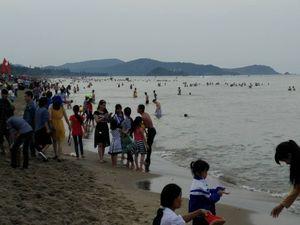 Lãnh đạo Hà Tĩnh tắm biển Thiên Cầm cùng khách du lịch