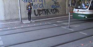 Đèn giao thông dưới nền đường cho người 'nghiện' smartphone