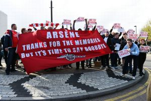 Welbeck giữ top 4 cho Arsenal trong ngày CĐV biểu tình phản đối Arsene Wenger