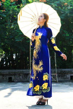 Nữ sinh Huế diện áo dài Về miền Hương Ngự bên đình làng