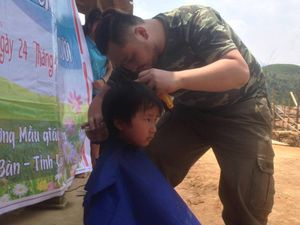 Chàng trai đi bộ xuyên Việt gieo điều ước cho trẻ em nghèo