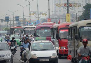 Trẻ em mệt mỏi trở về Hà Nội sau nghỉ lễ