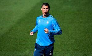 Ronaldo, Marcelo tạo dáng ngộ nghĩnh trên sân tập cùng Real Madrid