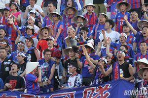 CĐV FC Tokyo mở hội trên sân Gò Đậu sau chiến thắng đội nhà