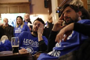 CĐV Leicester phát cuồng khi giấc mơ thành sự thật