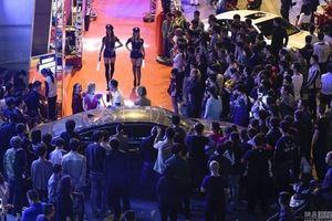 Mẫu nữ ăn mặc giống cảnh sát khiến phố Trung Quốc tắc nghẽn