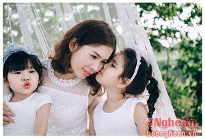 3 mẹ con đẹp như thiên thần qua ống kính của 'chàng trai siêu thực' xứ Nghệ