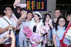 Lý Nhã Kỳ xúc động khi được hàng trăm fans hâm mộ chờ đón ở sân bay