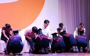 Cha mẹ nức nở khi con quỳ gối rửa chân trong lễ trưởng thành