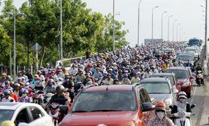 TP HCM: Kẹt xe nghiêm trọng vì lô cốt trên đường