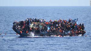 Tàu nêm chặt người di cư lật úp giữa biển