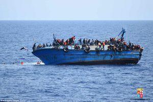 Tàu chở 600 người lật úp giữa biển