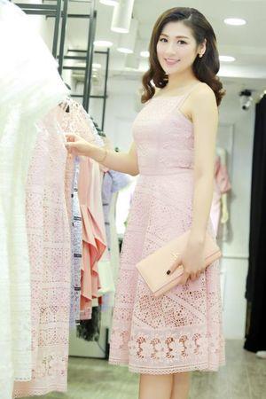 Á hậu Tú Anh duyên dáng trong BST cotton ren của NTK Nguyễn Xuân Quảng