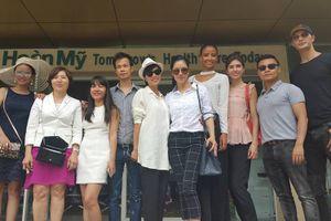 Thu Phương cùng Hoa hậu Pháp 2014 đến thăm bệnh nhân nhí