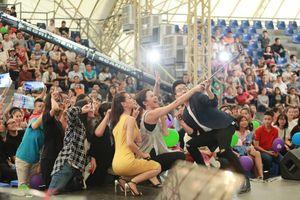Tóc Tiên khoe vũ đạo bốc lửa với fan Bữa trưa vui vẻ