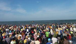 Hàng nghìn người dân theo dõi kéo xác cá voi 8 tấn lên bờ
