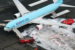 Máy bay Hàn Quốc chở hơn 300 người bốc cháy tại Tokyo