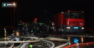 Cháy công ty nệm Vạn Thành: Các chiến sĩ PCCC vẫn dầm mưa dập lửa