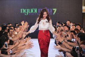 Giám khảo Vietnam's Next Top Model xuất hiện đẳng cấp bên siêu xe