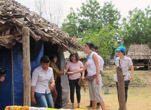 Ngôi sao ca nhạc Katy Perry giao lưu với người dân Raglai
