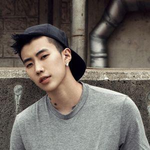 Ca sĩ Hàn bị khán giả 'ép' cởi áo