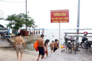 Người dân Hạ Long lao xuống tắm biển ở vùng nguy hiểm