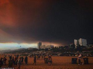 Cháy 80 km2, bầu trời đỏ rực như tận thế ở Mỹ